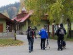 Natáčecí štáb před pokladnou Sloupsko-Šošůvských jeskyní