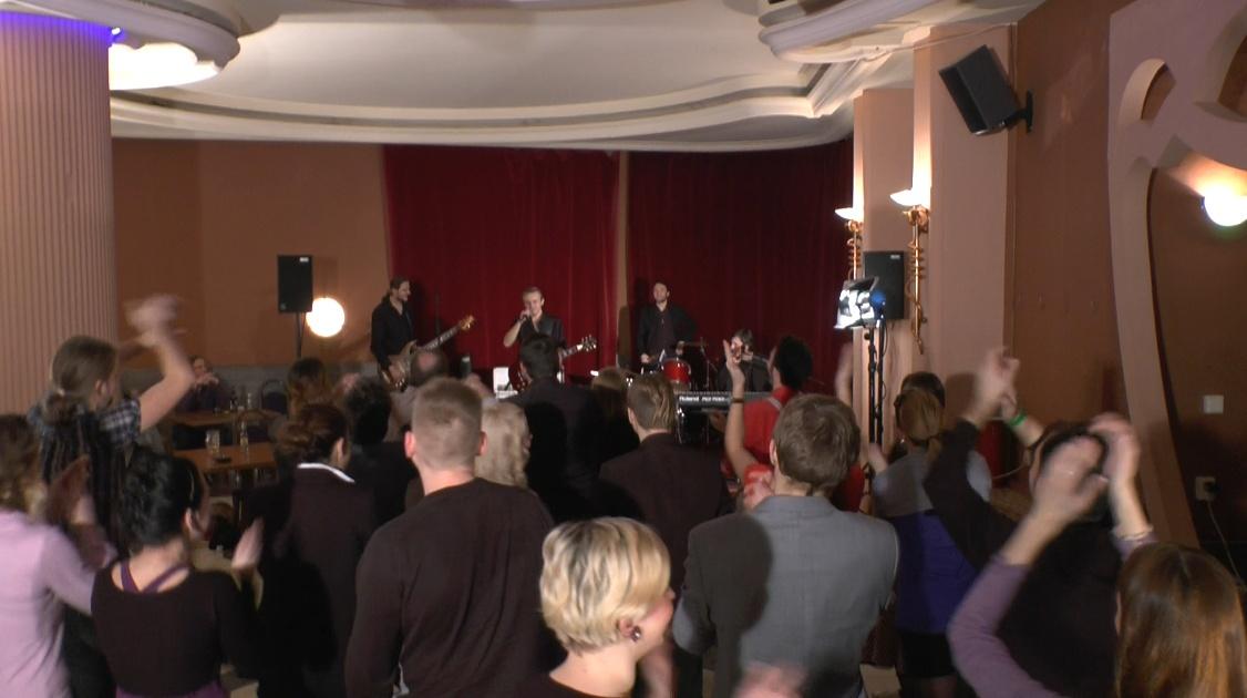 Potlesk publika v klubu Slowone